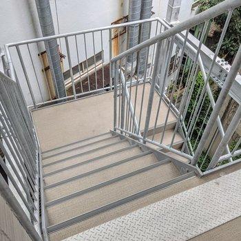 この階段をのぼって3階まで。