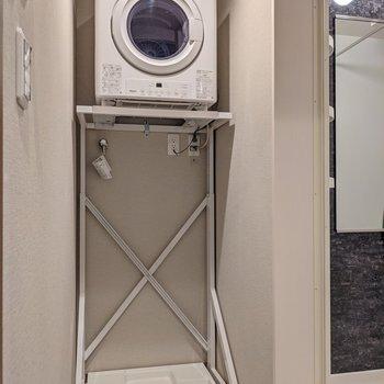 隣に脱衣所。ガス衣類乾燥機もついています。