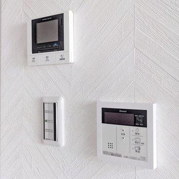モニターホンと温度調節できる給湯のリモコンもありました。