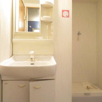 洗面台は洗濯機置き場と同じ空間に