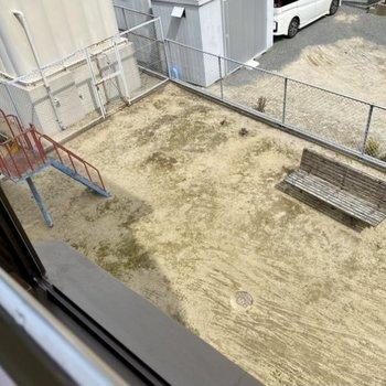 出窓からは建物内の遊び場が見えます。子どもたちの様子を見守ることもできますね。