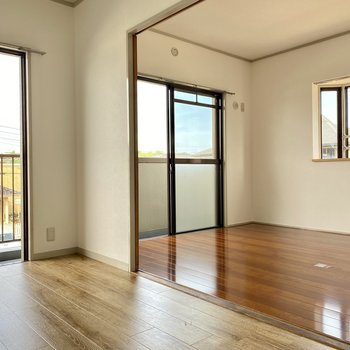 二面窓で風がよく通ります。ダイニングと繋がる洋室へ。