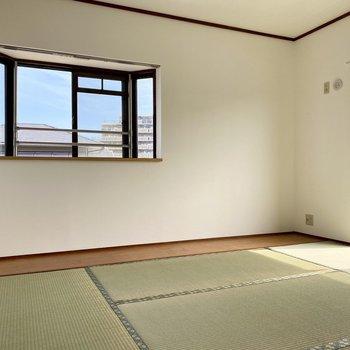 和室も二面窓が気持ちいい!こちらも出窓です。