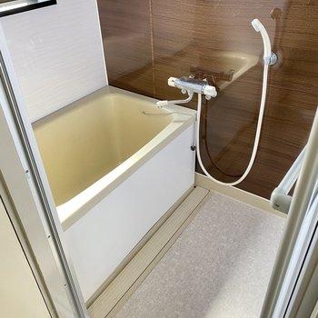 お風呂はコンパクトですがサーモ水栓です◎換気窓もありますよ。