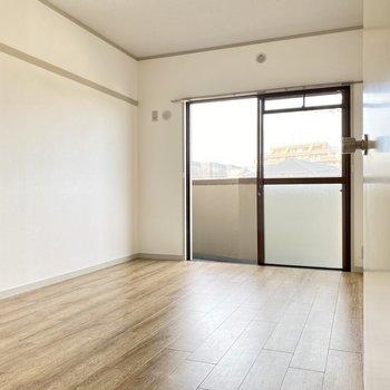 洋室の掃き出し窓はダイニング側のメインバルコニーに繋がっています。