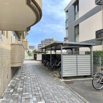 しっかりとした屋根付きの駐輪場。