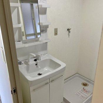 独立洗面台綺麗です!収納ポケットもしっかり。隣に洗濯機置き場。