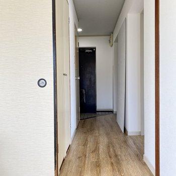 廊下に戻って、左に水周り。玄関横に洋室があります。