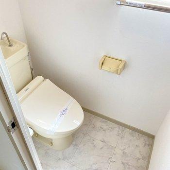 トイレはウォシュレット付き。こちらにも換気窓◎