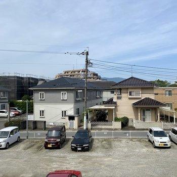 正面は駐車場と穏やかな住宅街。