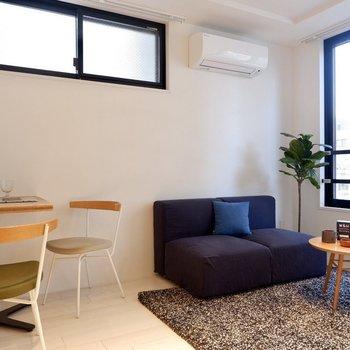寒色系やブラックを取り入れるとコントラストが生まれて引き締まった印象に。※写真は3階の同間取り別部屋のものです