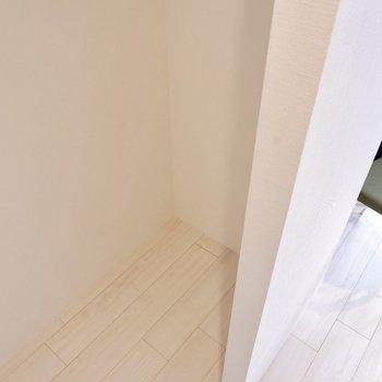 奥のくぼみに冷蔵庫が置けるようになっっていますよ。※写真は3階の同間取り別部屋のものです