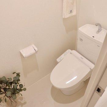 お手洗いは温水洗浄便座付き。※写真は3階の同間取り別部屋のものです