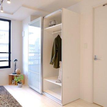 クローゼットは透明感のあるデザインで、大容量ですが圧迫感がありませんね。※写真は3階の同間取り別部屋のものです