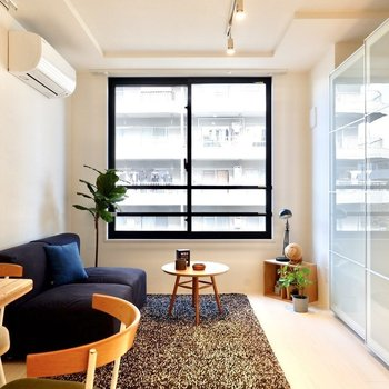 2面採光のシンプルモダンな空間です。※写真は3階の同間取り別部屋のものです