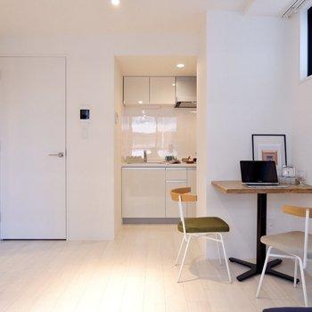 右のカドにデスクを置くと、空間をスッキリ活用できますよ。※写真は3階の同間取り別部屋のものです