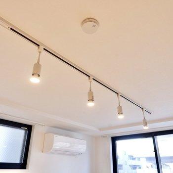 照明はライティングレールでシンプルな電球がカワイイですね。※写真は3階の同間取り別部屋のものです