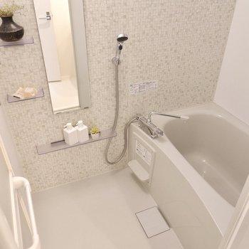 モザイク調が可愛らしい浴室。乾燥機付きですよ。※写真は3階の同間取り別部屋のものです