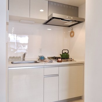 ホワイトで壁に溶け込むようなシステムキッチンです。※写真は3階の同間取り別部屋のものです
