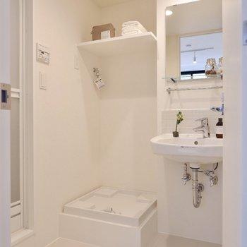 洗面台はタオル掛けやタイル等、ディティールまでこだわりが感じられます。※写真は3階の同間取り別部屋のものです