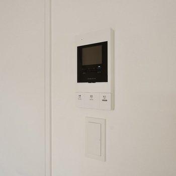 モニタ付きドアホンで防犯面も心強く。※写真は3階の同間取り別部屋のものです
