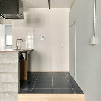 キッチン後ろもしっかりスペース」。タイルになっているのでお掃除も楽ですね。