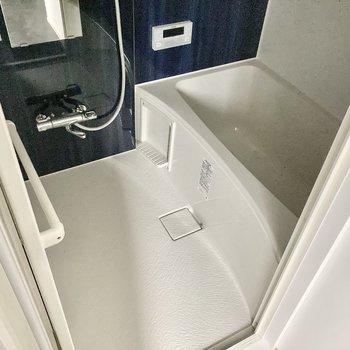 お風呂はしっかりサーモ水栓。