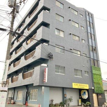 どしっと大きな6階建!黒色でカッコいい雰囲気です!