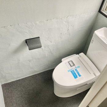 トイレは窓もあって明るい!ウォシュレット付きです。