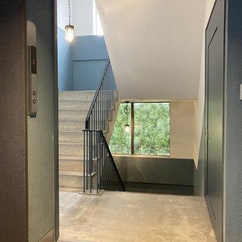 共用部の階段もステキな雰囲気...!