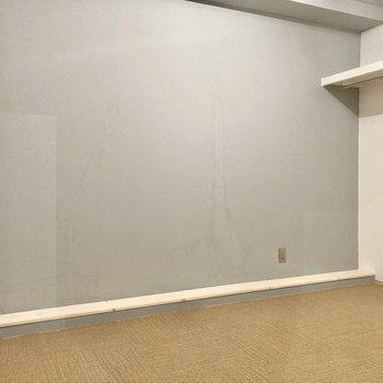 シンプルなお部屋、収納部屋としても使えそう。