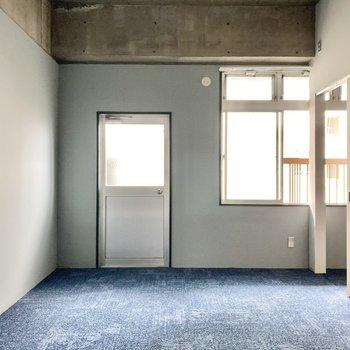 リビングは13帖の広さ。床はフロアマットになっています。