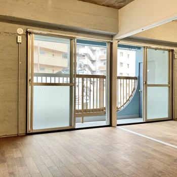 バルコニー側の窓は4面分!しっかり光が入る気持ちのいいお部屋です。