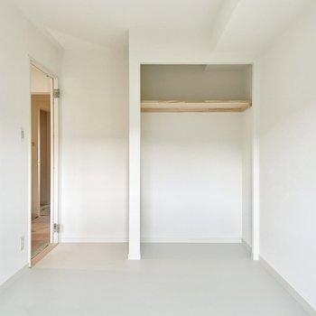 【イメージ画像】寝室のフロアタイルは白系のものと2色から選べます。また、Aプランの場合は収納部分をオープンタイプに変更します。
