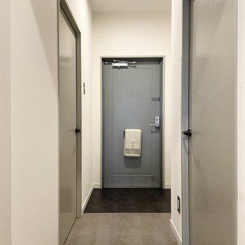 【モデルルーム画像】廊下からは床材をシックなフロアタイルに切り替え ※Bプラン