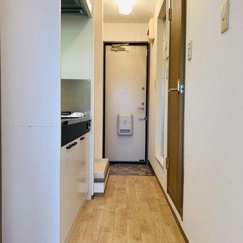 洋室を出て廊下へ。水回りは全て廊下からのアクセスです。(※写真は2階の同間取り別部屋のものです)