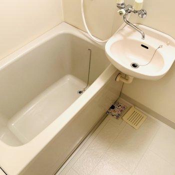 洗い場が広くてシンプルなため、清潔感たっぷりの空間。(※写真は2階の同間取り別部屋のものです)