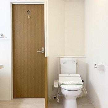 シャンプードレッサーのお向かいにおトイレ。ちょっとしたパーテーション付。 (※写真は1階の同間取り角部屋のものです)
