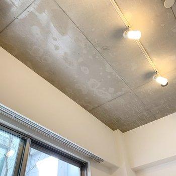 コンクリ打放しの天井とライティングレールが素敵◎カーテンレールも隠れる仕様です。 (※写真は1階の同間取り角部屋のものです)