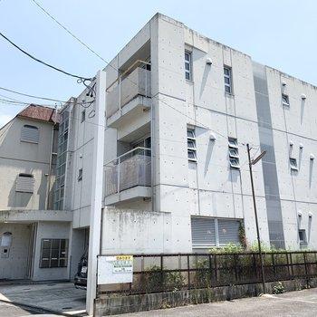 コンクリ打放しがかっこいい3階建ての鉄筋コンクリートマンションです。