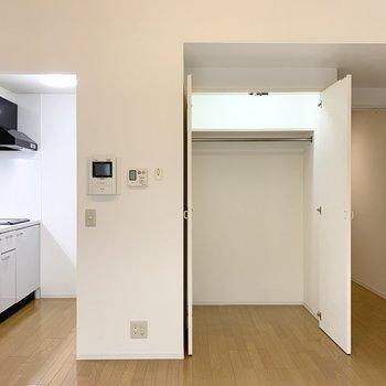 収納はライト付でドアの開閉で点灯・消灯がされるタイプ◎ (※写真は1階の同間取り角部屋のものです)