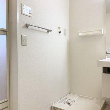 お隣には洗濯機置場。 (※写真は1階の同間取り角部屋のものです)
