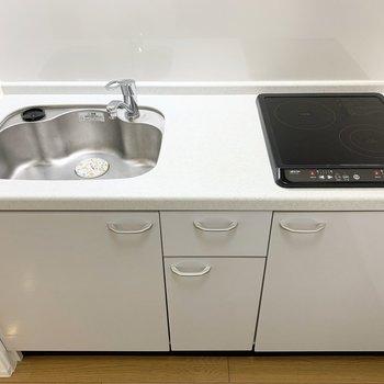 2口IHでしっかり作業スペースもある、自炊派のみなさんにも嬉しいキッチンです。 (※写真は1階の同間取り角部屋のものです)