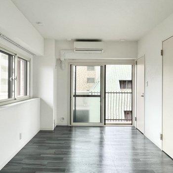洋室は9.6帖。家具もゆったりと置けますね。