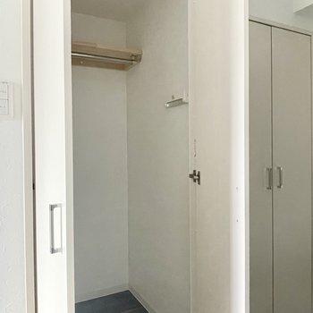 玄関入ってすぐにコンパクトな収納スペースです。
