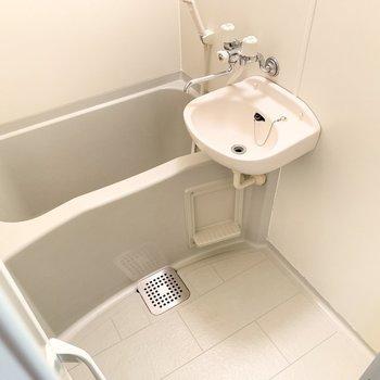 バスルームは清潔感があり、掃除もしやすそう。※写真は3階の同間取り別部屋のものです