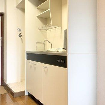 キッチンはコンパクトです。※写真は3階の同間取り別部屋のものです