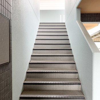 階段は幅があり、家具の搬入出もしやすそう。