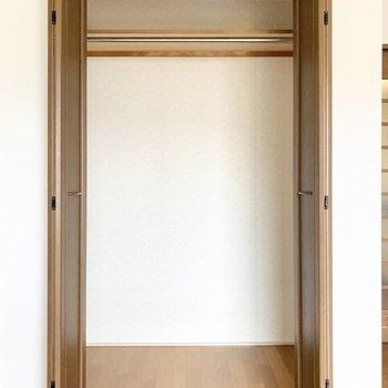 洋服はかけて収納できます。※写真は3階の同間取り別部屋のものです