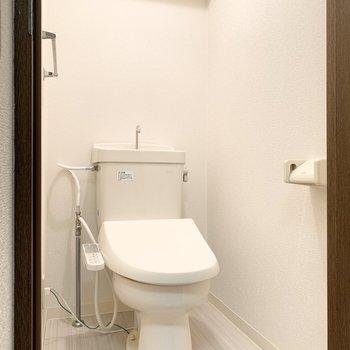 温水洗浄便座のトイレです。※写真は3階の同間取り別部屋のものです